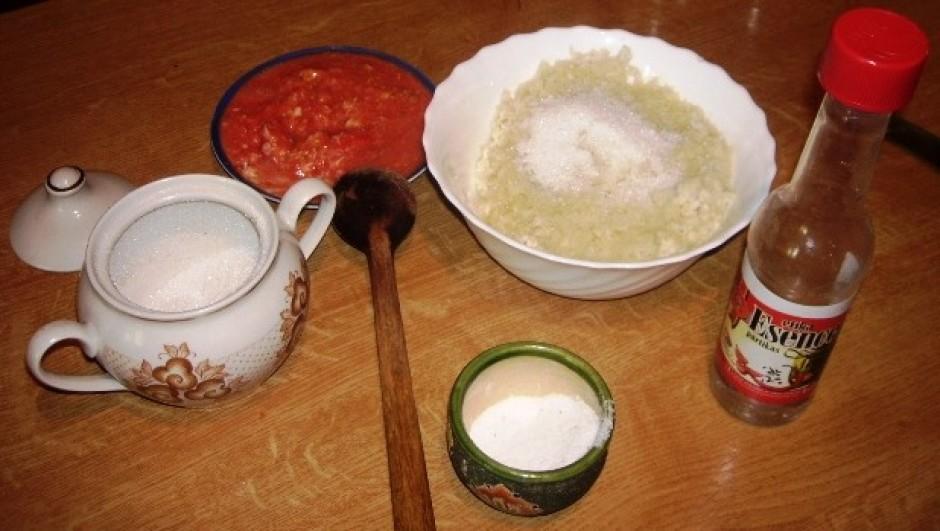 Pēc garšas pieliek sāli, cukuru, etiķi, daļai sagatavoto mār...