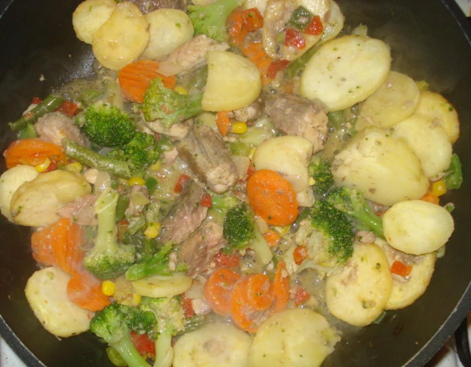 Kartupeļus griežam ripiņās, burkānus tāpat (burkānus griežu...