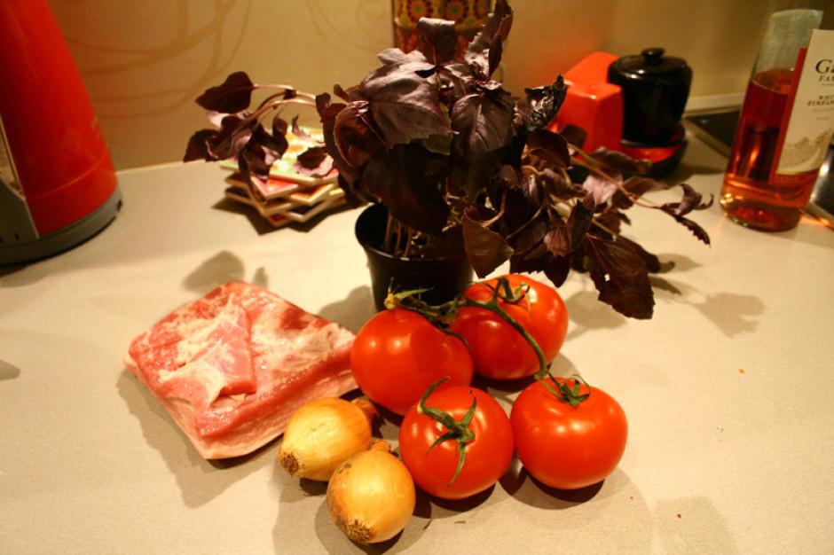 Sagriež visas sastāvdaļas: smalki sagriež sīpolus, tomātus k...