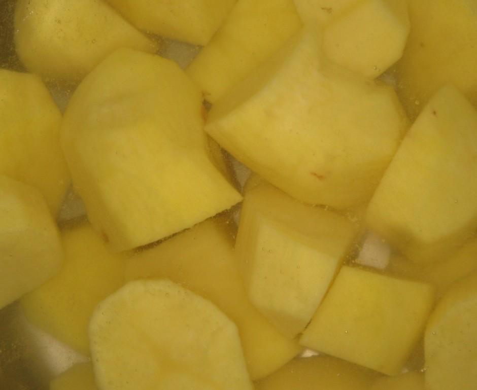 Nomizojam kartupeļus un liekam uz palielas uguns vārīties.