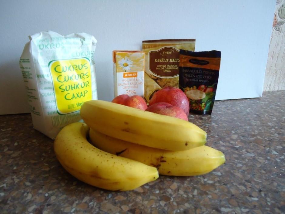 Nomizo banānus un sagriež.