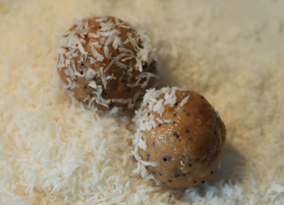 Veido bumbiņas, apviļājot tās kokosriekstu skaidiņās (arī ar...