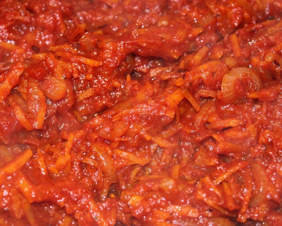 Pieliek tomātu pastu, pielej ūdeni un sautē 10 minūtes. Piel...