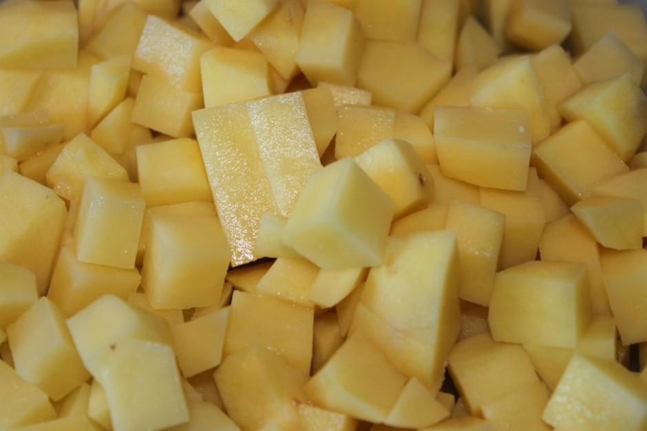 Kamēr viss sutinās, sagriež kartupeļus kubiņos.