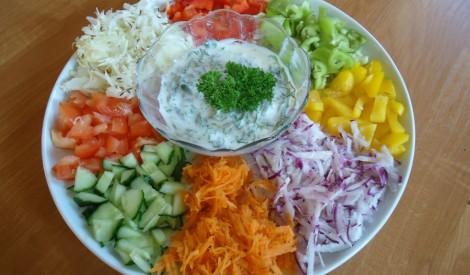 Salātu plate ar jogurta mērci