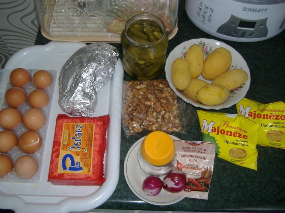 Kartupeļus un vistas škiņķi novāra un smalki sagriež, sieru...