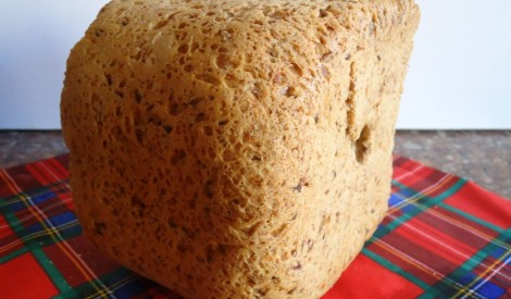 Treju sēklu maizīte cepta maizes kombainā