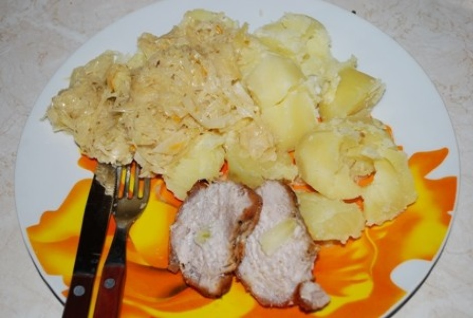 Pasniegt var ar vārītiem kartupeļiem un sautētiem kāpostiem....