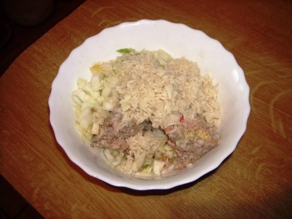 Sajauc malto gaļu ar garšvielām un mērcētu rīsu
