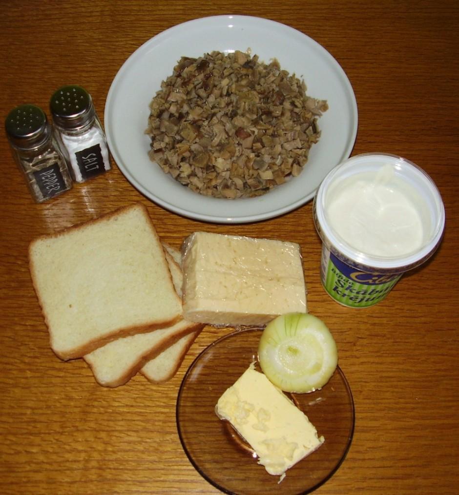 Katliņā izkausē sviestu un liek cepties sagrieztu sīpolu.