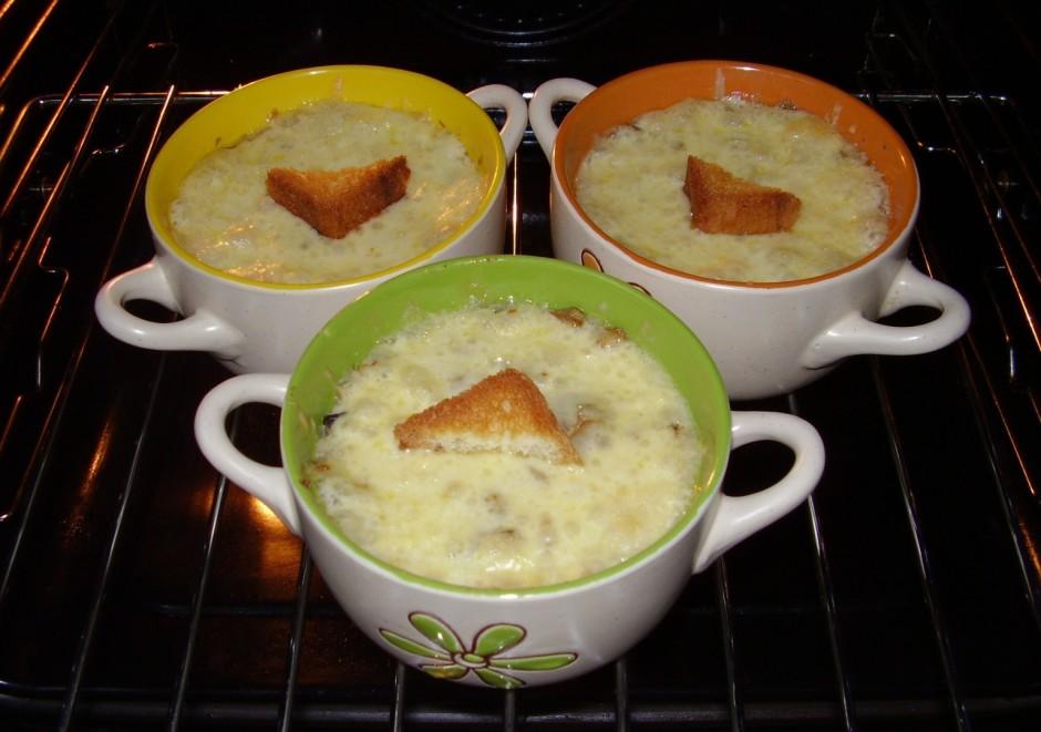Virsū liek sarīvēto sieru un liek, iepriekš uzsildītā krāsnī...