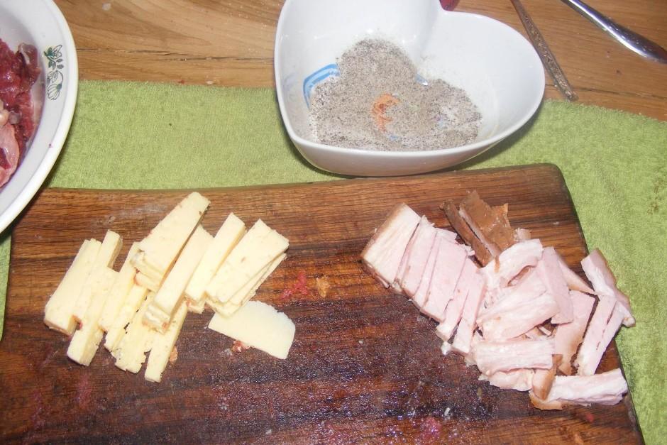 Tas ņem un sagatavo pildījumu.. Sagriež sieru, gaļu.. speķi...