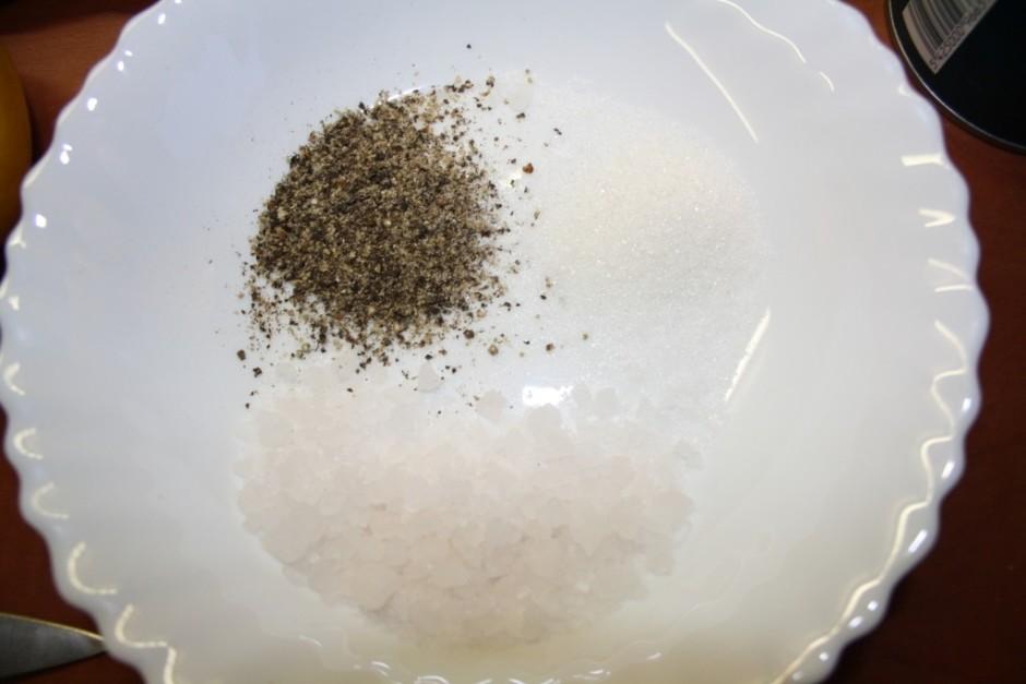 Tālāk kādā bļodiņā jāsagatavo sāls/cukura un piparu maisījum...