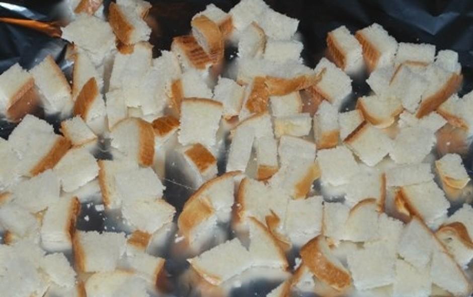 Tagad laiks sākt taisīt grauzdiņus! Paņem pusi no maizes bat...