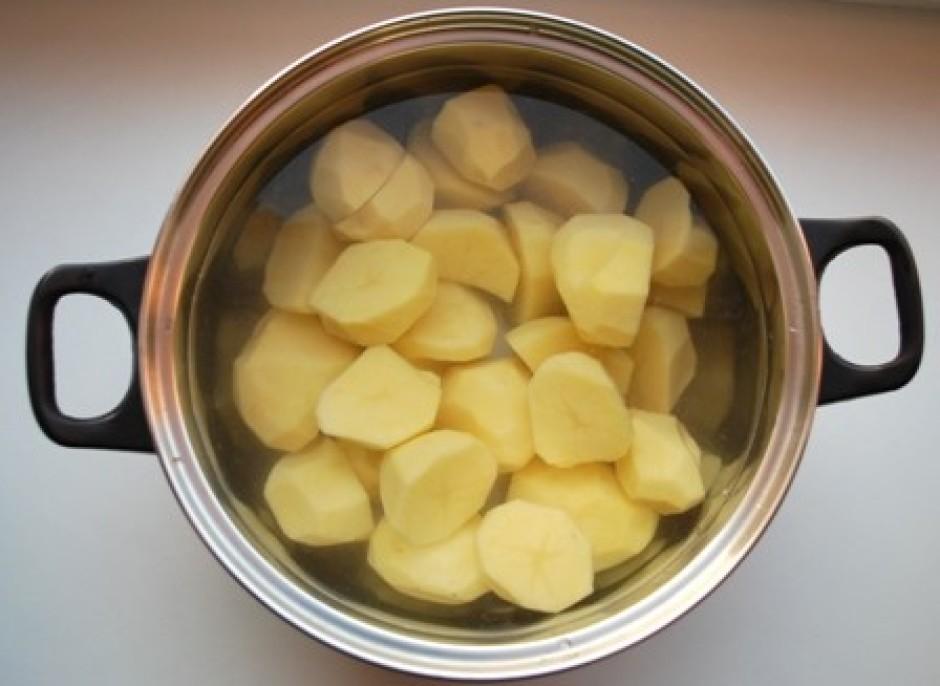 Gatavo piedevu klopsim - nomizo kartupeļus un liek vārīties.