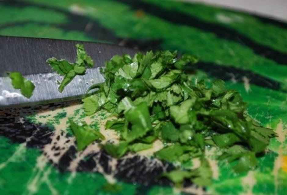 Smalki sagriež pāris koriandra lapiņas.
