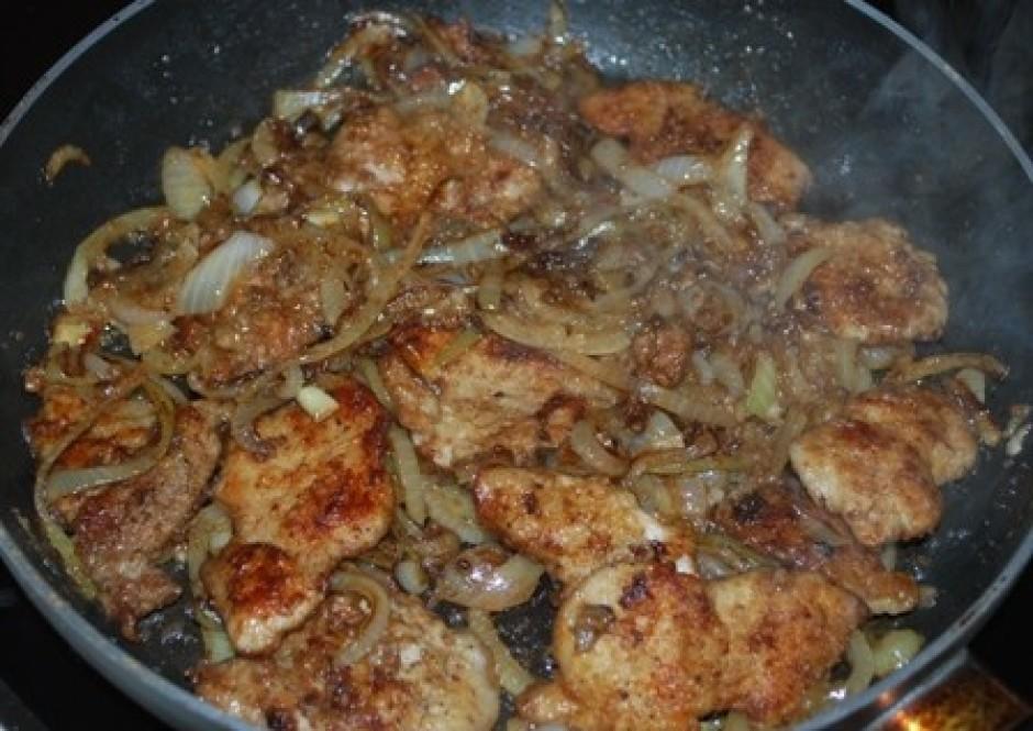 Kad sīpoli gatavi, liek klāt gaļu, iemaisa to sīpolos.