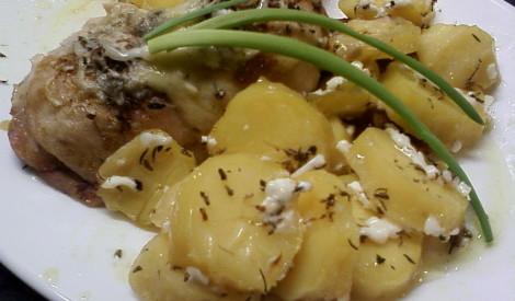 Krāsnī cepta vista ar kartupeļiem garšaugos