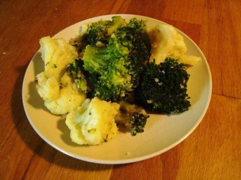 Nomazgā puķkāpostu un brokoli, sadala mazākos gabaliņos. Lie...