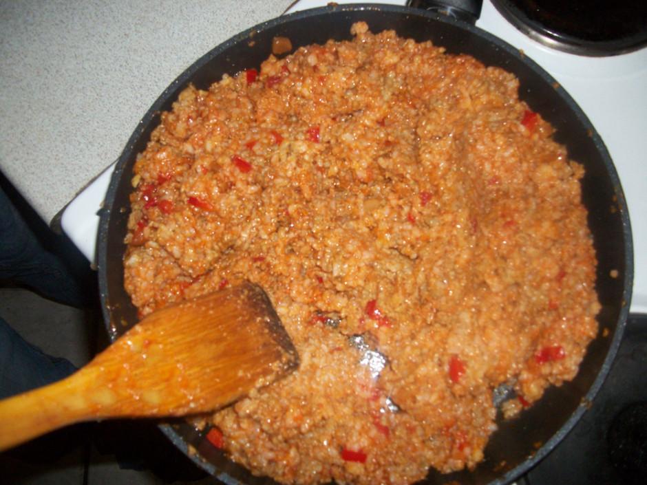 Burkānus un sīpolus apcepj, pievieno malto gaļu, cep līdz ga...