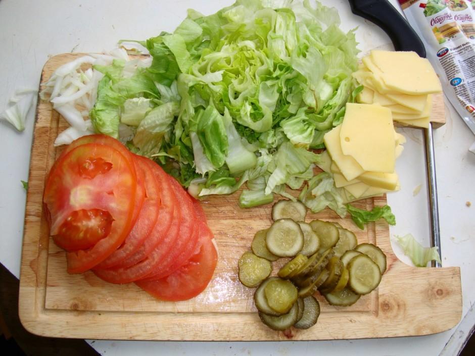 Tomātu, marinētu gurķi sagriež ripās, sagriež salātu, atliku...