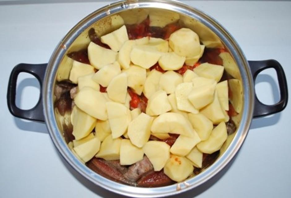 beram iekšā arī kartupelus, kurus esam pārgriezuši četrās da...