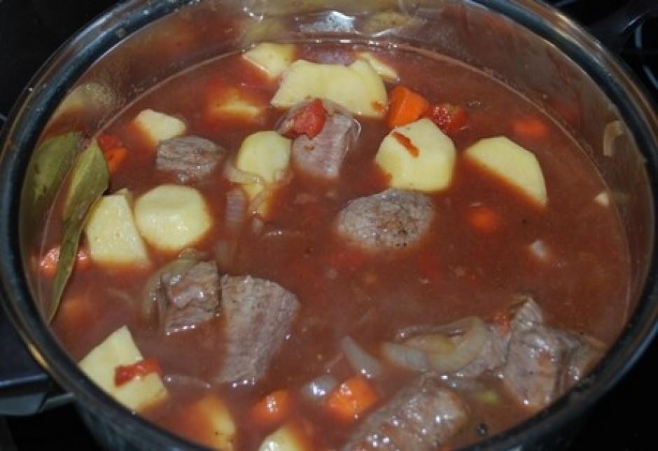 pievienojam ūdeni, tā lai kartupeļi un gaļa būtu gandrīz pār...