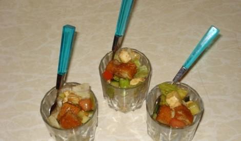 Svaigu lapu salāti ar zivju pirkstiņiem un mocarellas sieru