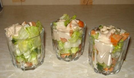 Svaigu lapu salāti ar gaļu un aknu pastētes mērci