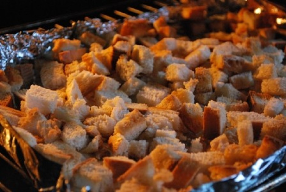 Sagatavo grauzdiņus. Sagriež baltmaizi kubiciņos un liek cep...
