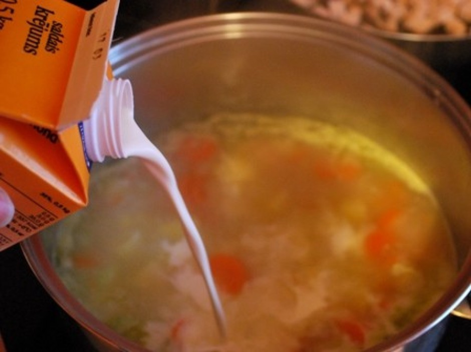 Zupa noteikti jau ir gatava, kartupeļi un burkāni mīksti, la...