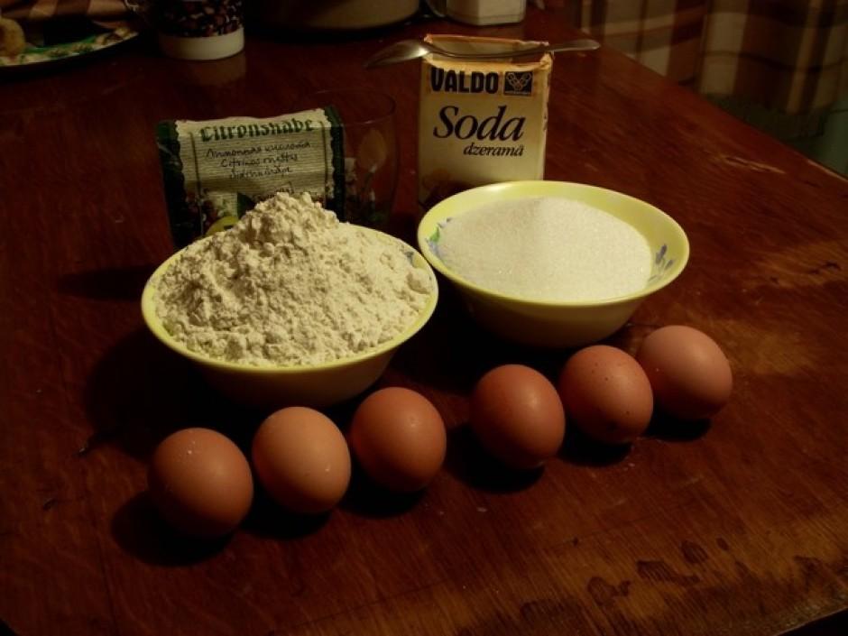Ņem 6 olas, 2 glāzes cukurs (1 glāze ~ 200ml), 3 glāzes milt...