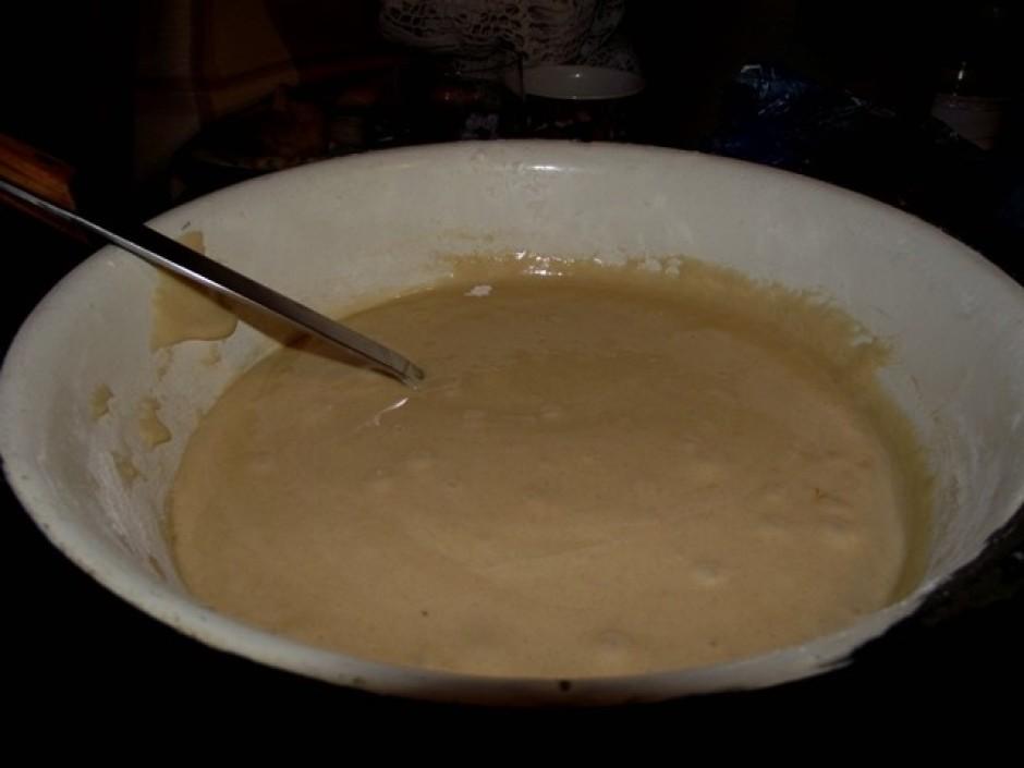 Jāizmaisa olas ar cukuru, tad pievieno miltus, sodu un citro...