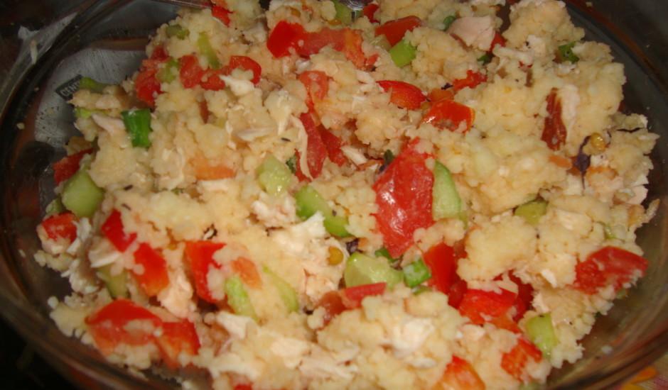 Kuskusa salāti ar žāvētu vistu un dārzeņiem