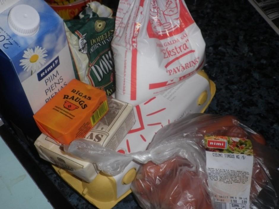 Bļodā sajauc miltus, sviestu, raugu, olu, cukuru, sāli un mi...