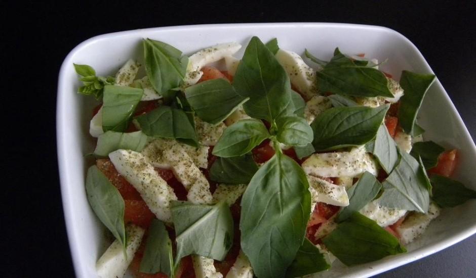 Smalkie mozarellas salāti