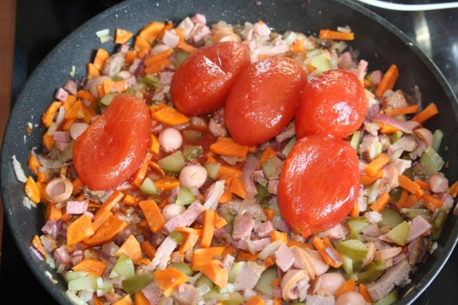 Beigās pa virsu liek mizotos tomātus un sulu un pannā tomātu...