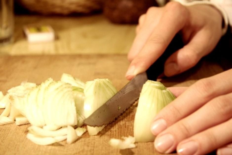 Pa to laiku nomizo un sagriež kartupeļus un sīpolus. Kartupe...