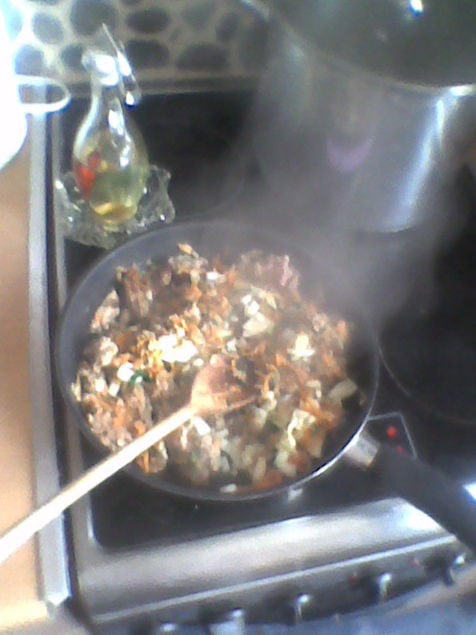 Sacep sasmalcinātus sīpolus, liek klāt gaļu, pacepj, pieliek...