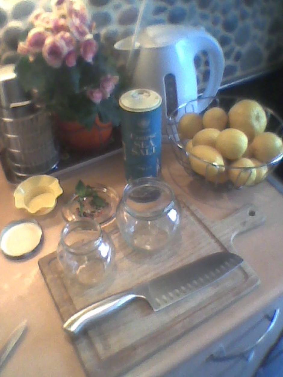 Citronus pusstundu mērcē aukstā ūdeni, lai atbrīvotos no ķim...