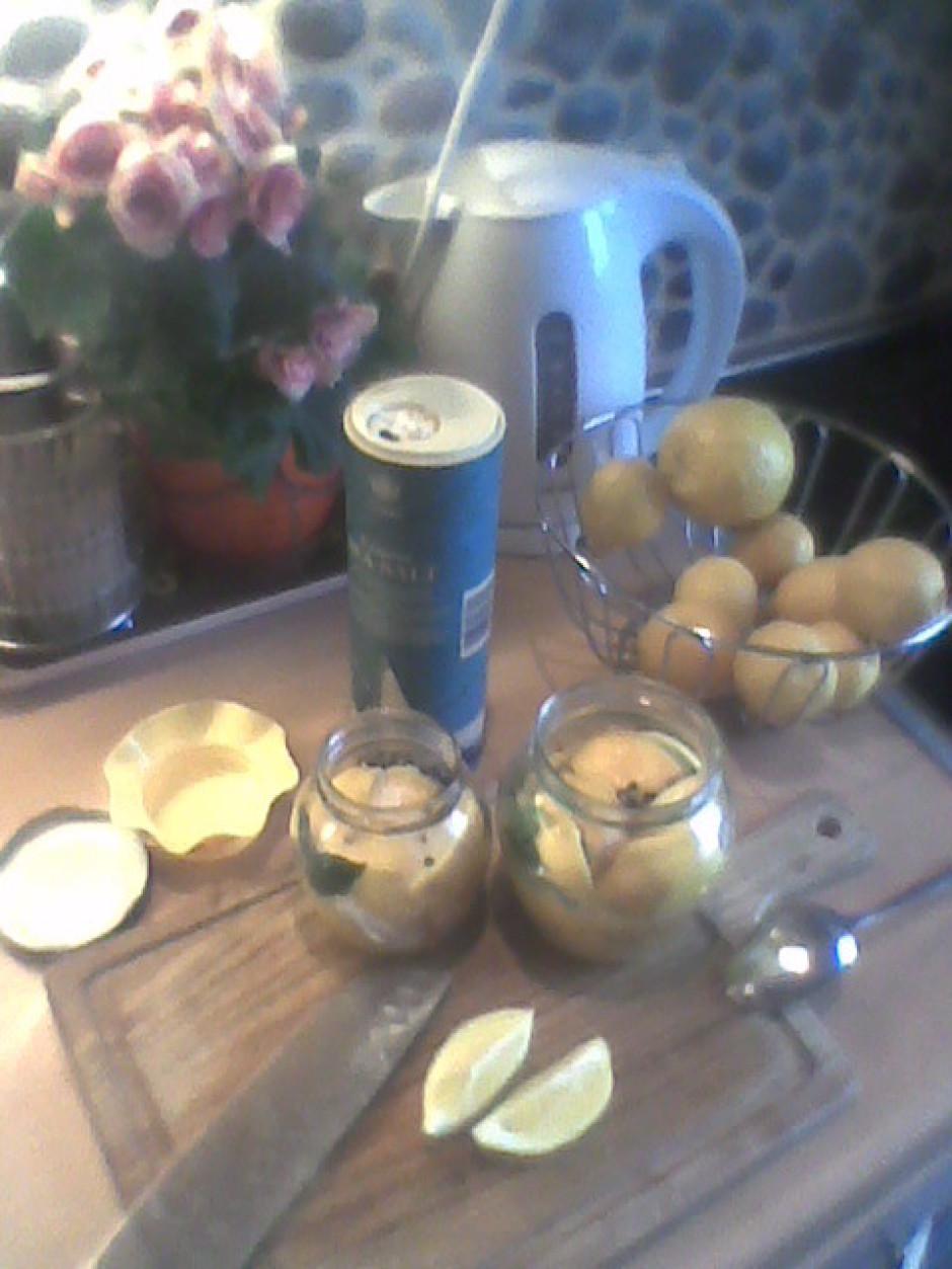 Ņem sterilu burku, griež citronus daivās un nedaudz saspiežo...