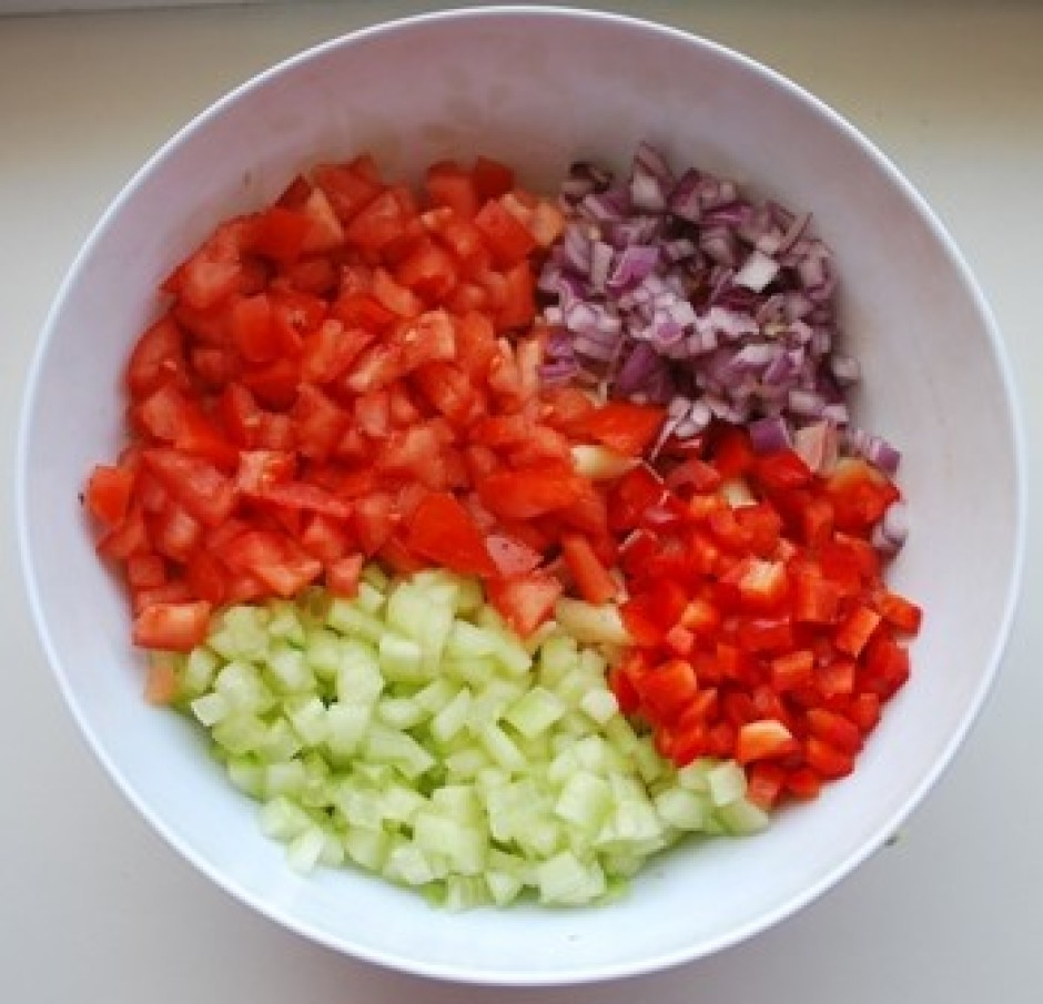 Sagriež gurķi (pusi no garā gurķa), pusi paprikas, pāris tom...