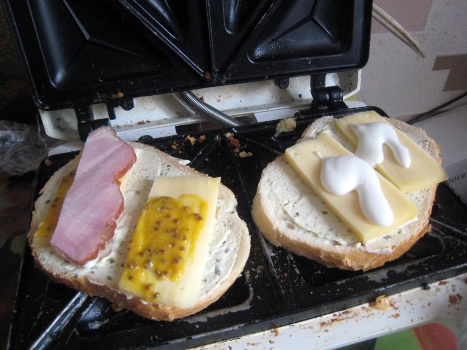 Tātad ieliekam 2 gabalus (katru savā pusē) tosterī un smērēj...