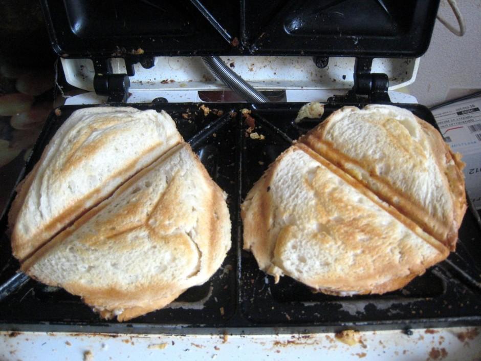 Pēc tam sieru un uz vienas maizītes liekam majonēzi, bet uz...