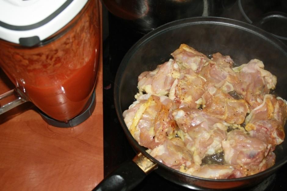 Ļauj, lai gaļa mazliet atpūšas. Pa to laiku  sagriež sīpolus...