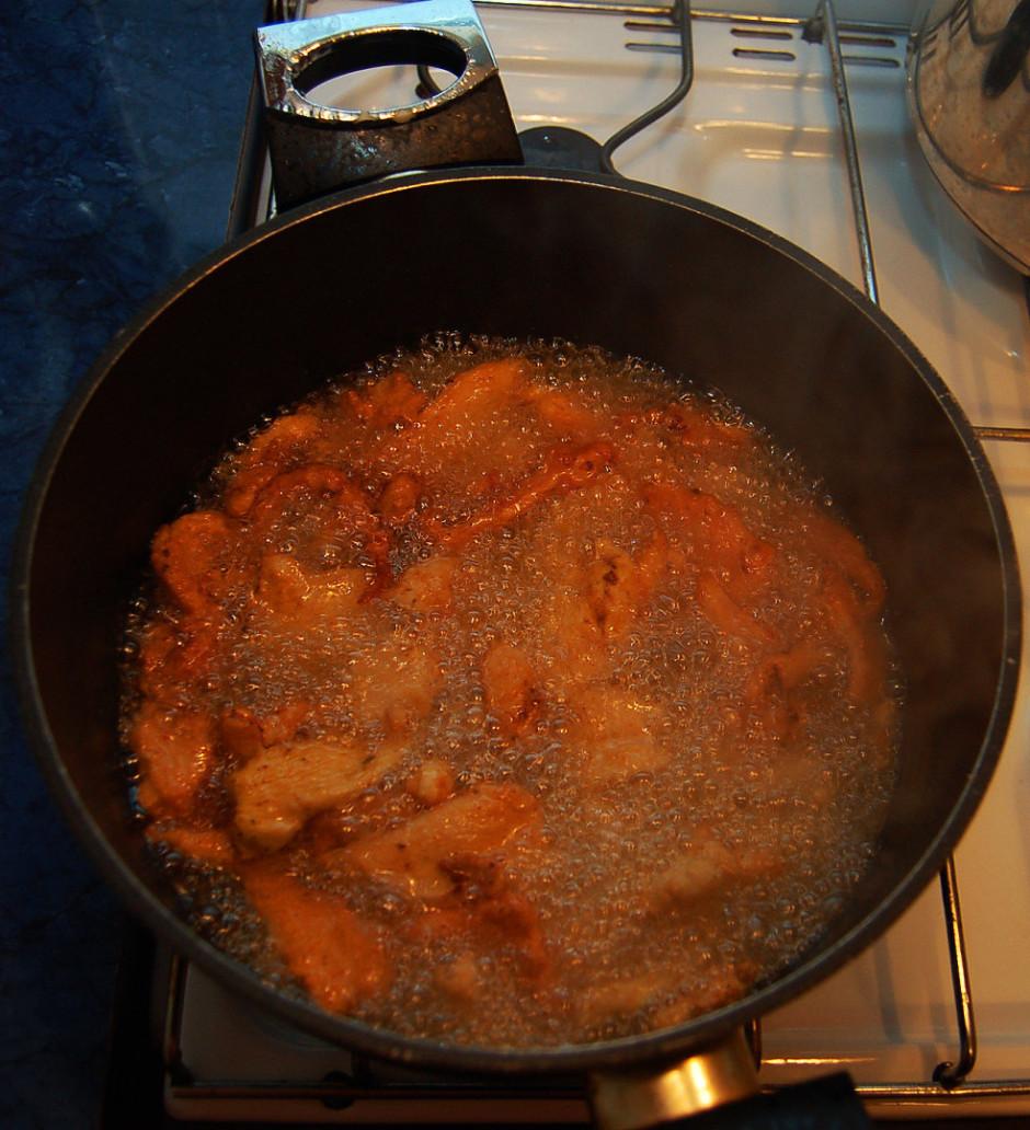 Liek vistas filejas gabaliņus sakarsētā eļļā un cepj līdz b...
