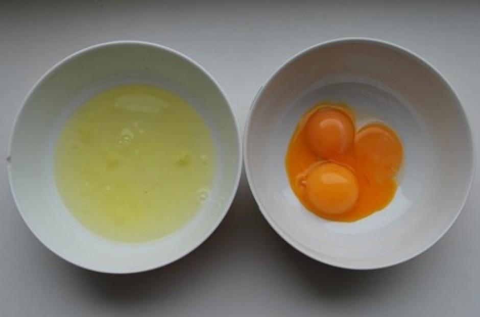Kamēr kūst šokolāde, atdala olu dzeltenumus no baltumiem.