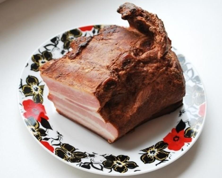 No gaļas augšās nogriež ribiņas, pārējo gaļu sagriež kubiciņ...