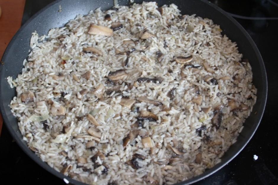Tad pa virsu rīsus un censties viņus mazliet apcept.