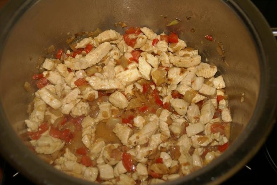 Kad paprika gatava, pievienojam vistu un kopā visu apcepam.
